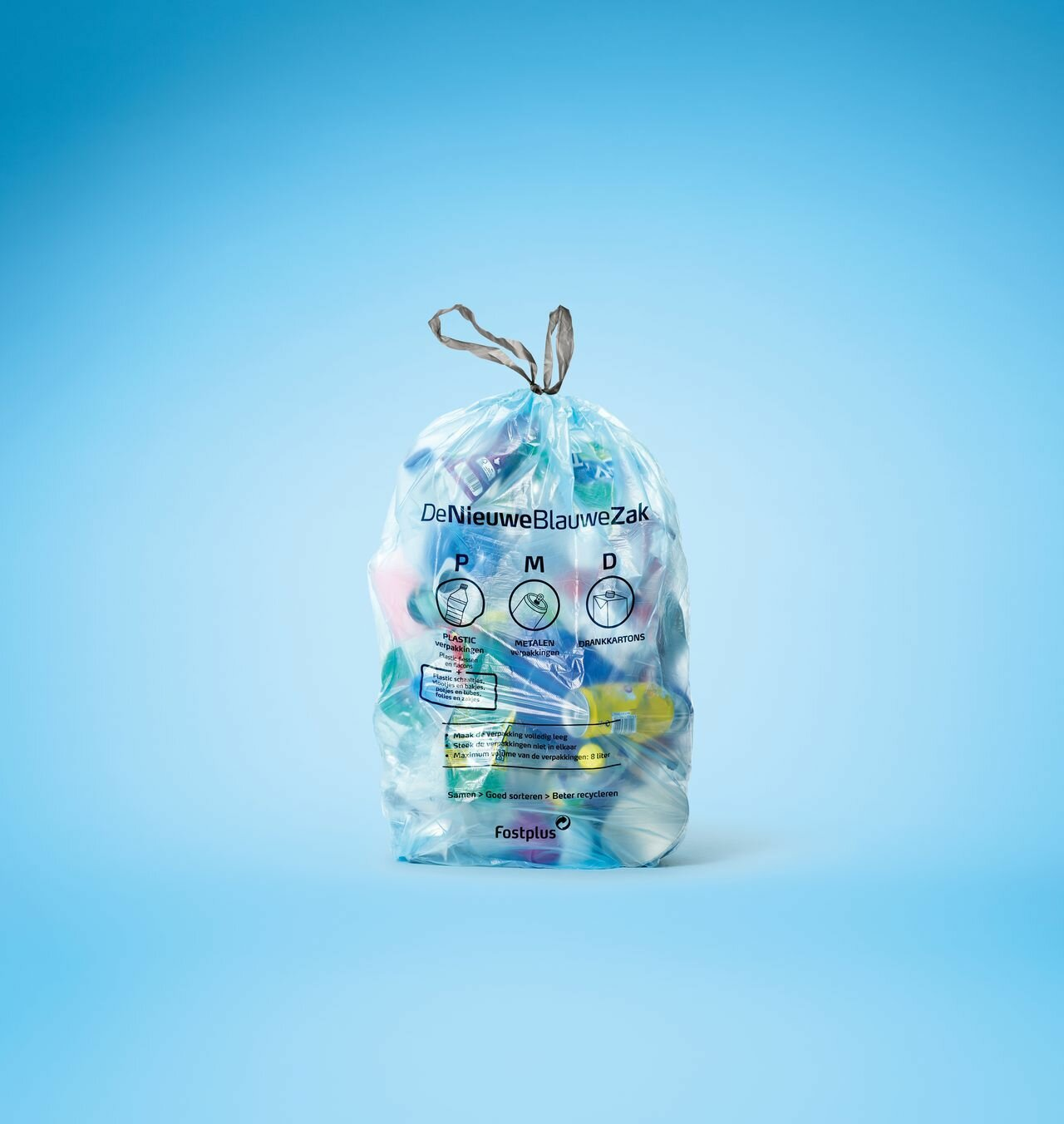 Het plastic dat jij sorteert, recycleren wij tot grondstoffen voor nieuwe producten. Elk product is gemaakt uit 100% gerecycleerde restplastics, die je opnieuw kan recycleren. Zo maken we samen de cirkel weer rond.